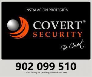 Placa de seguridad con el logo de Covert security y el telefono en caso de incidencia