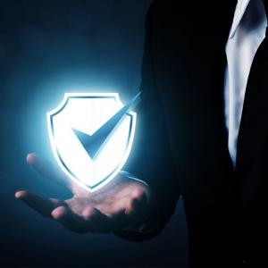 Una mano con un simbolo de seguridad agregado digitalmente